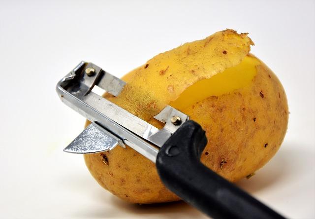 Сонник чистить картофель ножом